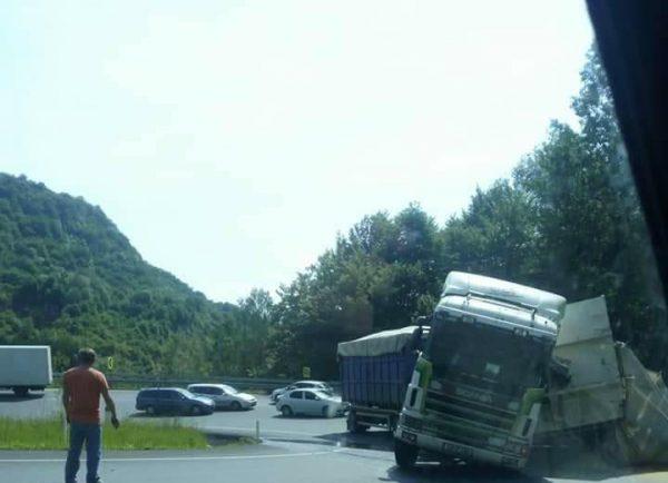 DN 66, blocat pe un sens de un camion