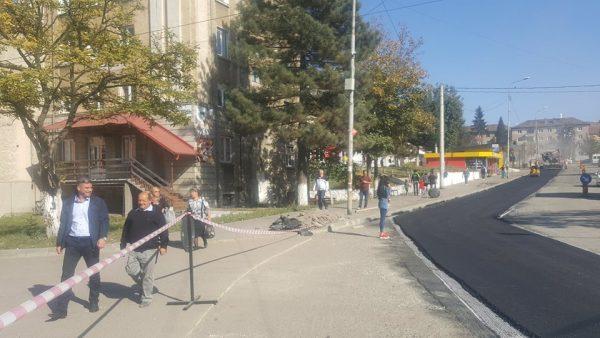 Se toarnă asflat nou pe Bulevardul Tudor Vladimirescu din Lupeni
