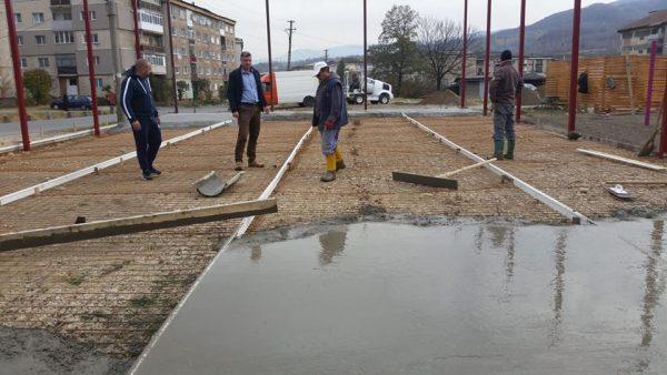 Un nou teren de sport cu spațiu de joacă pentru copii prinde contur la Lupeni