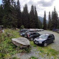 Număr mare de turiști în Retezat, la Poiana Pelegii, după redeschiderea DJ 685