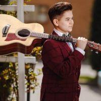 Tânărul cantautor vulcănean Sergiu Pârvulescu poate deveni cel mai bun tânăr artist folk al anului 2019 din România