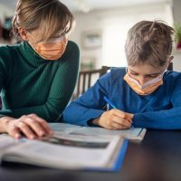 Măsuri pentru sprijinirea părinților ai căror copii nu pot participa la cursurile școlare, suspendate de Covid-19