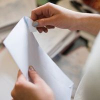 Nouă metodă de escrocherie: Românii primesc scrisori în care le sunt promise titluri nobiliare și moșteniri