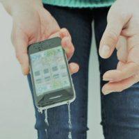 Ce trebuie să faci dacă ai scăpat telefonul în apă sau l-ai uitat în ploaie: rezolvarea cu orez, mit sau realitate:?