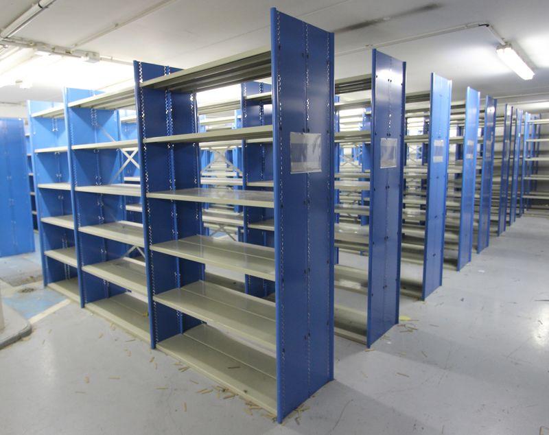 module detagere metallique gris et bleu turquoise comprenant 6 etageres de 125 x 25 cm et deux eche