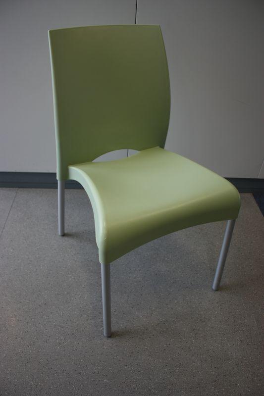 Lot 29 1 Unite Chaises Empilables De Plastique De Couleur