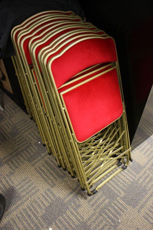 Lot 213 23 Unites Chaise Traiteur Pliante En Metal Colori