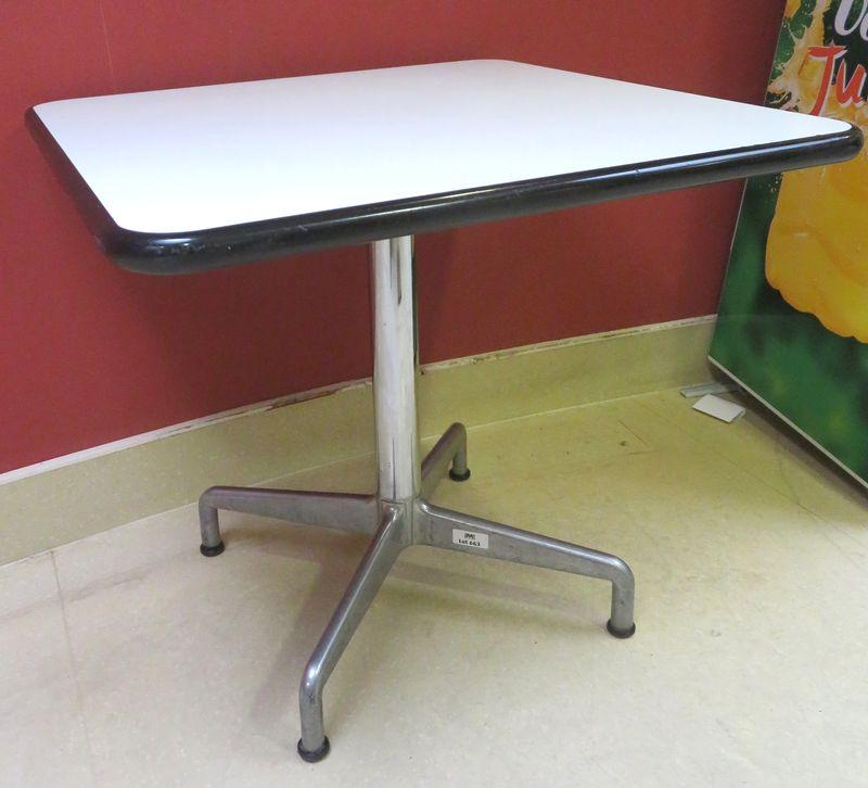 12 unites table a plateau carre en bois laque blanc et bords plastifies noirs reposant sur un piete