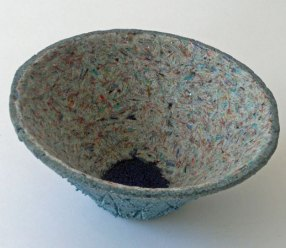 """Carl van Hees, """"Feltro Blu Intro"""", 2015, gefused gebroken draadjes glas, hoog 12 cm x diameter 28 cm."""