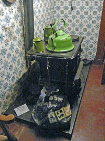 """De """"KOMO Vuilniszak"""" van Ria Pastoor kan goed gevuld worden met afval uit de kachel."""