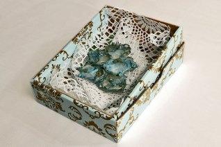 Patula Berm, glazen broche, in fraaie verpakking.
