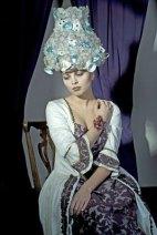 "Patula Berm, glazen pruik ""Marie Antoinette"", gefused glas met porseleinen stukjes."