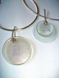 Joanna Dynysiuk, zilveren spang met bergkristallen hanger.