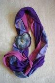 Monica Ligteringen, Bicolore tricot sjaal: paars/roze, met handgeverfde zijdebaan. Broche: pyrietzon met hematiet en paars leer, ook afzonderlijk te dragen.