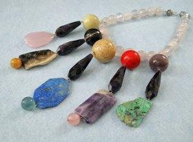 Marleen Rameckers, Sieraad nr.3 met rozenkwarts, amethist, jade, agaath, gele aventurijn, fosielkoraal, lapis lazuli, fluoriet, koraal, chrysocolla.