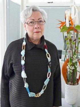 Marleen Rameckers, Halssieraad Nr.4, met amazoniet, koraal, rookkwarts, jade, citrien, jaspis, lapis lazuli, parels, versteend hout, aquamarijn, howliet, amethist.