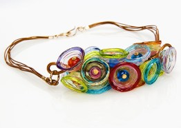 "Anat Sapir, collier ""Multicolor cups necklace"", glas, leren koord en vergulde sluiting."
