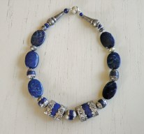 Anita Wijrdeman, collier, lapis lazuli, bewerkt zilver met lapis lazuli rond en rechthoekig.