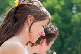 De Bruid met oorhangers van geblazen glas.