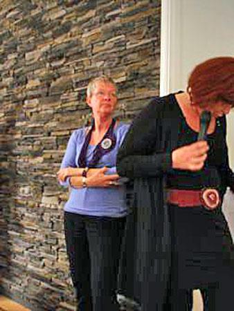 Monica Ligteringen volgt de presentatie van Wilmy.
