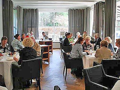 De gasten konden omgeven door sieraden lekker eten en gezellig met elkaar praten.