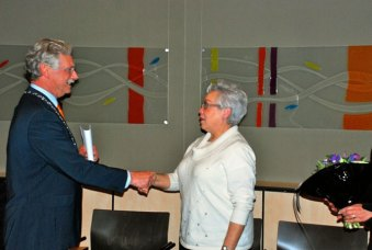 Burgemeester Hans van der Hoeve bedankt Margriet Pleiter voor haar kunstbemiddeling.