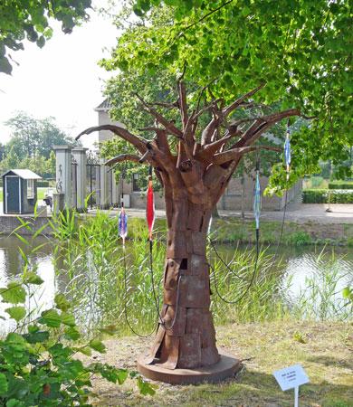 """Een """"Stamboom"""" met neongas heeft Remy de Feyter een goede plaats in het Park gegeven."""