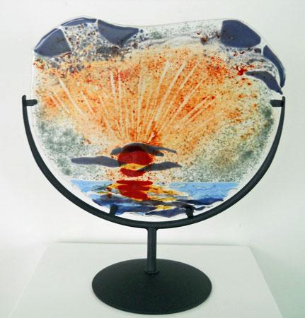 """Ellen Welten, """"Zonsondergang"""", landschappen in fusing-techniek, in metalen standaard, 40x20x49 cm."""