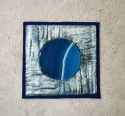 """Monica Ligteringen, """"Broche Nr. 11-24"""". Epoxy carré met agaat op blauw leer. Broche met of zonder leer te dragen."""
