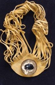 """Monica Ligteringen, """"Collier Nr. 12-06"""" Geel leren Spaghetti-collier met 2 strengen glazen kraaltjes en magneetbroche, epoxy met Chalcedon Indonesië. Broche kan apart gedragen worden."""
