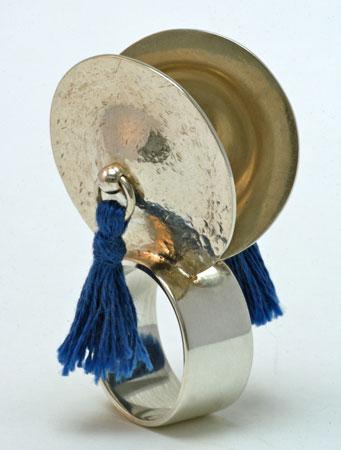 """Teunis van de Kamp, """"Bekkens"""", zilver en katoen, Ø 18 mm."""