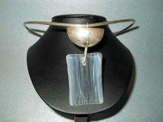 Joanna Dynysiuk, zilveren spang met hanger van glas en zilver.