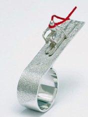 """Teunis van de Kam, """"Skiër"""", zilver en katoen, Ø 18,5 mm."""