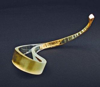 """Marcin Karwiński, """"Golden ribbon"""", 2012, glas, 18 krts goud, punt van seleniet, oppervlakte bedekt met bladkoper,18 x 32 x 23 cm."""
