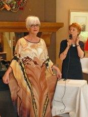 Jadwiga Dziki-Gnyszka, mannequin Gerrie toont de 'Eveningdress' in volle glorie.