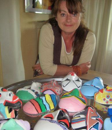 Suzan van Nuijs laat u kennismaken met masker maken.