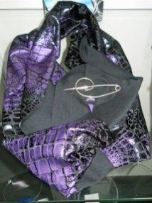 """Monica Ligteringen, """"Nr. 1308"""", zilveren draadbroche met hanger sugiliet op bicolore sjaal zwart/paars print; apart geprijsd."""