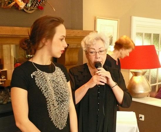 Marcin Litwa, tijdens de sieradenshow werd de multifunctionel collier getoond door mannequin Sophie, met toelichting van Margriet.
