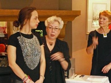 Harry Ravers, Agatha en Margriet showden de fraaie sieraden van hem.