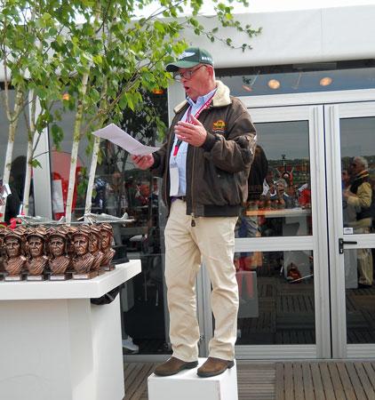 Bart Rietbergen maakt de winnaars bekend.