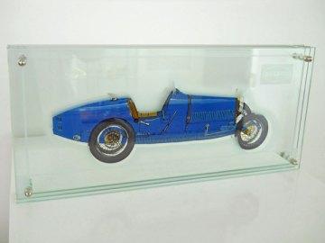 """3-Dimensioneel Glaspaneel met Bugatti type 35 """"Lyon"""", 1923-1929, 8 cil. Lijnmotor 1991 cc 24 kleppen 90 pk, vervaardigd door glaskunstenaar Harry Ravers."""
