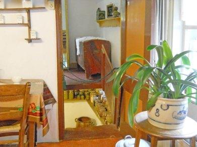35-473-In Kelder-tussen potten en op de vloer-6 objecten.