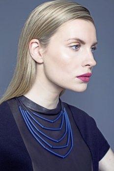 Lydia Bremer, Halssieraad van rubberen strengen met smalle kunststof buisjes.