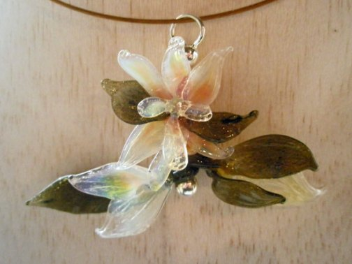 "Anjo Brohm, hanger ""Flôr"" uit de collectie 'Flores', borosilicaatglas, 3 x 3 cm."