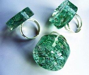 Jet Naftaniel, Ringen, gebroken autoglas in hars.