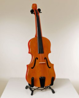"Wil Wessels, ""Viool"" glazen instrument, gefused en geslumped glas, 24 x 68 cm."
