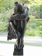 Mar Meszaros, Injured Bird, marbriet glas op diabassteen, 81 x 39 cm.