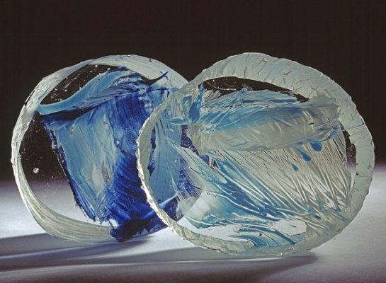 """Beata Mak-Sobota, """"Indot & Inwing"""", 2 aparte objecten, gekleurd optisch glas, vorm gesmolten, gezaagd en gepolijst, resp. maten 12x5 en 10x11x5 cm, 2010."""