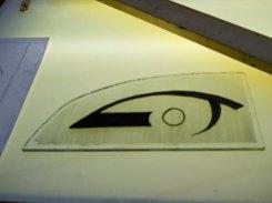 Candida van Nugteren heeft het gestileerde logo van Opticiën Zeilstra op de glasplaat klaar, nu naar huis om in de oven verder af te werken!