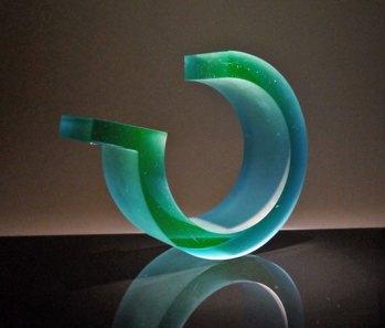 """John Burton, """"Reactive green loop"""", 2014, gegoten glas. Prototype gemaakt in de workshop."""
